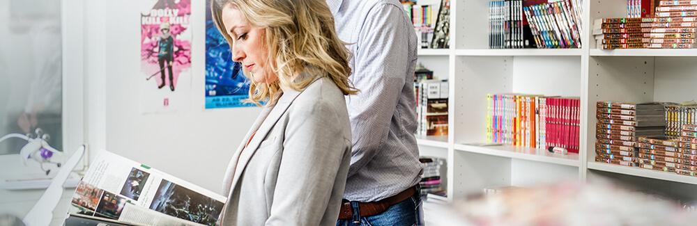 Eine Frau sieht sich im Büro von Egmont Publishing ein Magazin an
