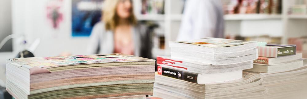 Ein Stapel von Manga Magazinen im Egmont Büro