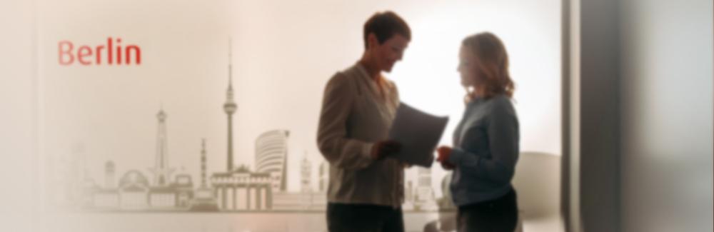 Eine Besprechnung von zwei Mitarbeiterinnen im Büro von Egmont Publishing